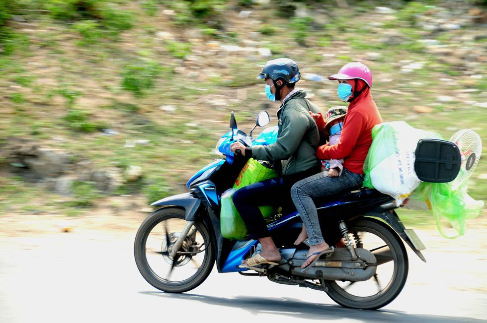Cả ngàn người vạ vật tìm đường về nhà đang kẹt cứng giữa địa phận Đà Nẵng và Huế - Ảnh 1.