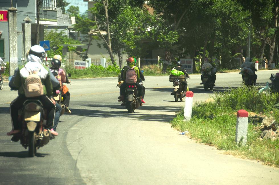 Cả ngàn người vạ vật tìm đường về nhà đang kẹt cứng giữa địa phận Đà Nẵng và Huế - Ảnh 5.