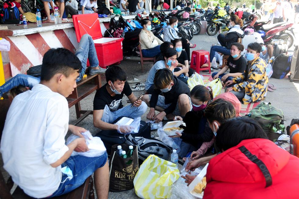 Cả ngàn người vạ vật tìm đường về nhà đang kẹt cứng giữa địa phận Đà Nẵng và Huế - Ảnh 6.