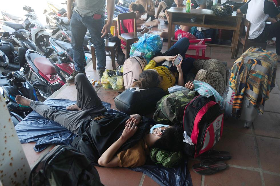 Cả ngàn người vạ vật tìm đường về nhà đang kẹt cứng giữa địa phận Đà Nẵng và Huế - Ảnh 7.