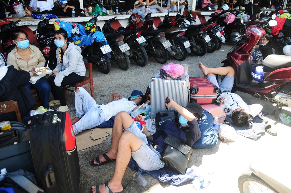 Cả ngàn người vạ vật tìm đường về nhà đang kẹt cứng giữa địa phận Đà Nẵng và Huế - Ảnh 11.