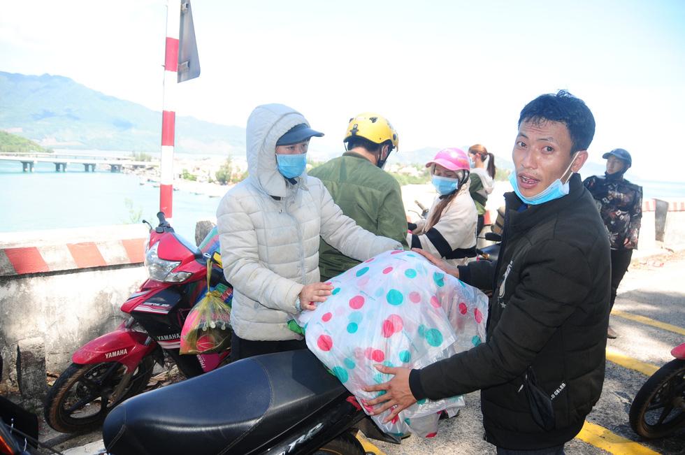 Cả ngàn người vạ vật tìm đường về nhà đang kẹt cứng giữa địa phận Đà Nẵng và Huế - Ảnh 3.