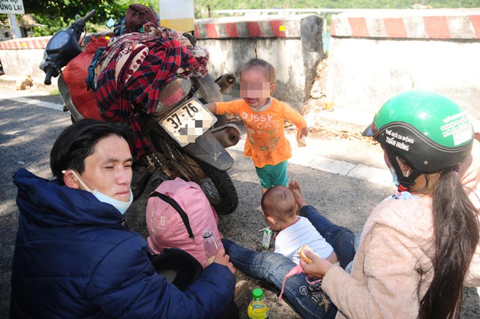 Cả ngàn người vạ vật tìm đường về nhà đang kẹt cứng giữa địa phận Đà Nẵng và Huế - Ảnh 4.