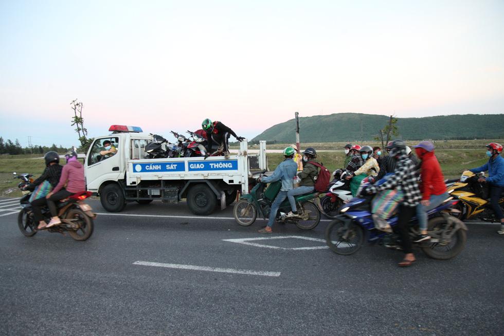 Cảnh sát giao thông dừng dân đi xe máy từ miền Nam về quê để tặng đồ ăn, nước uống - Ảnh 2.