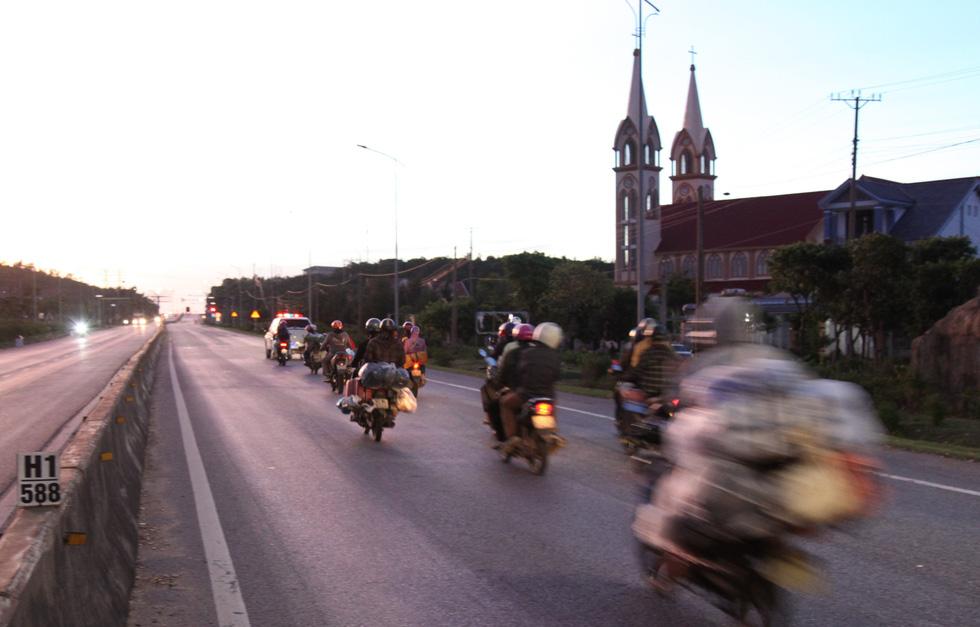 Cảnh sát giao thông dừng dân đi xe máy từ miền Nam về quê để tặng đồ ăn, nước uống - Ảnh 3.