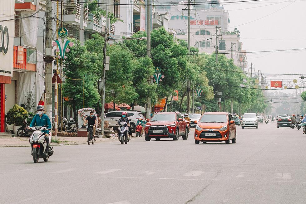 Bắc Giang nhộn nhịp trong ngày đầu tiên trở lại bình thường mới - Ảnh 2.