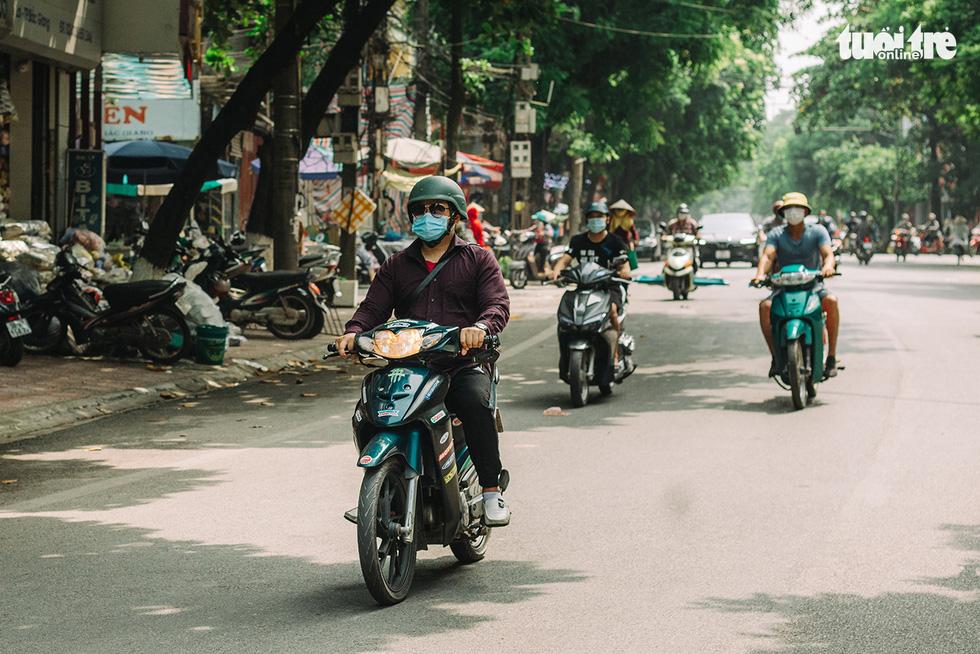 Bắc Giang nhộn nhịp trong ngày đầu tiên trở lại bình thường mới - Ảnh 1.
