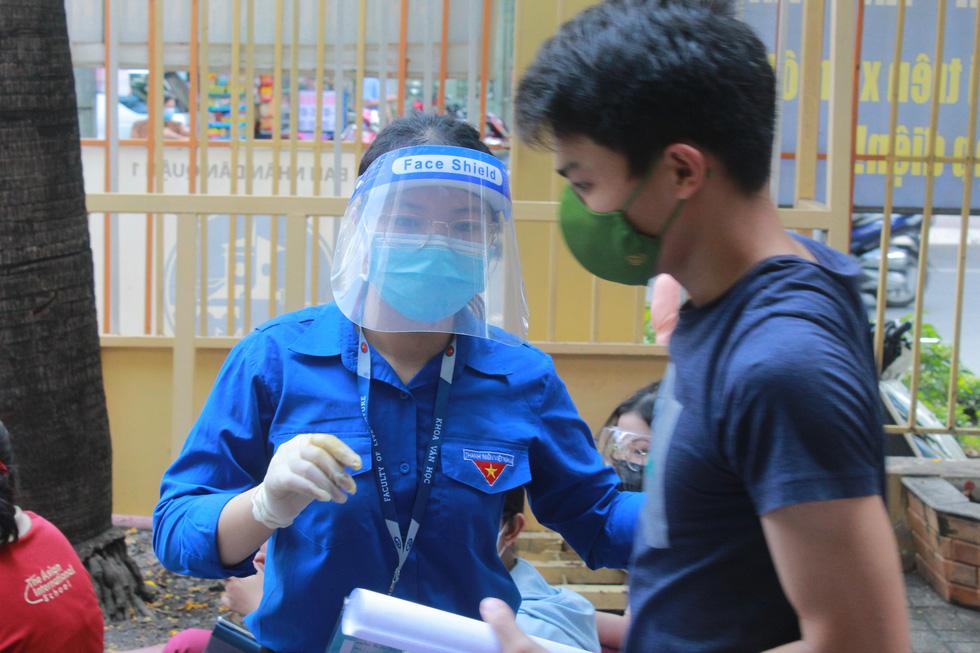 Áo xanh tình nguyện hỗ trợ lấy mẫu xét nghiệm COVID-19 cho thí sinh - Ảnh 3.