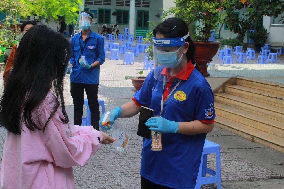 Áo xanh tình nguyện hỗ trợ lấy mẫu xét nghiệm COVID-19 cho thí sinh - Ảnh 4.
