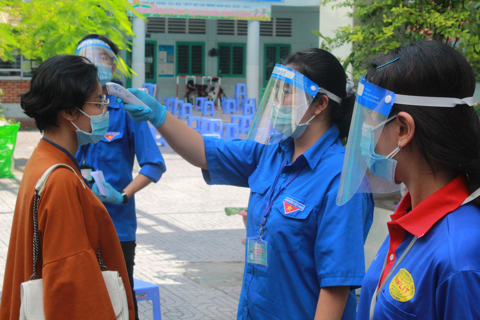 Áo xanh tình nguyện hỗ trợ lấy mẫu xét nghiệm COVID-19 cho thí sinh - Ảnh 5.