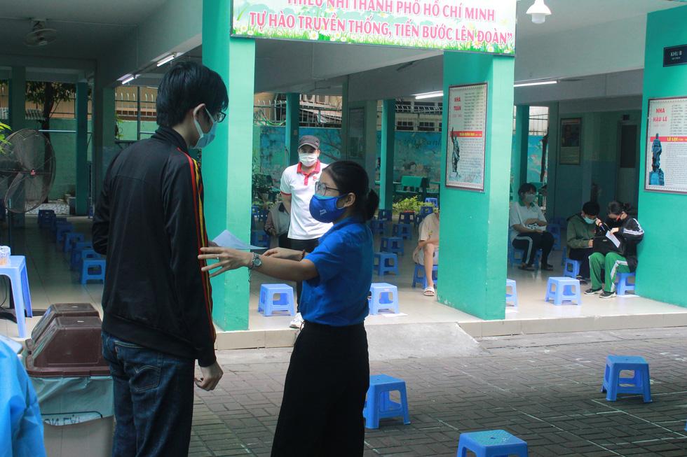Áo xanh tình nguyện hỗ trợ lấy mẫu xét nghiệm COVID-19 cho thí sinh - Ảnh 6.