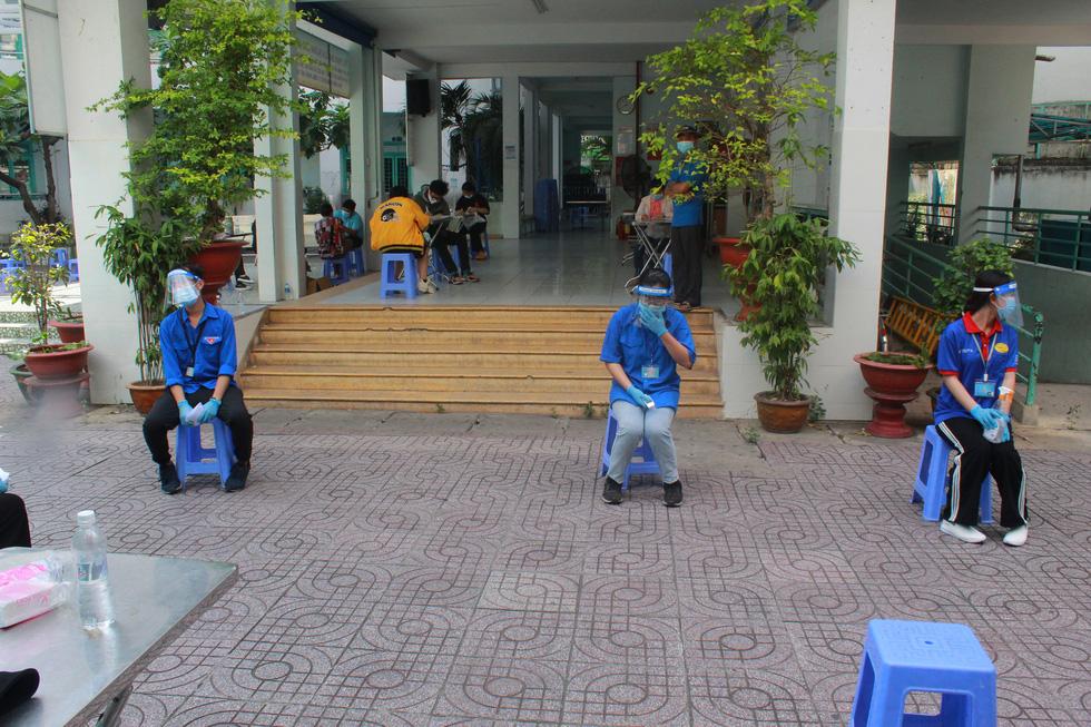 Áo xanh tình nguyện hỗ trợ lấy mẫu xét nghiệm COVID-19 cho thí sinh - Ảnh 7.