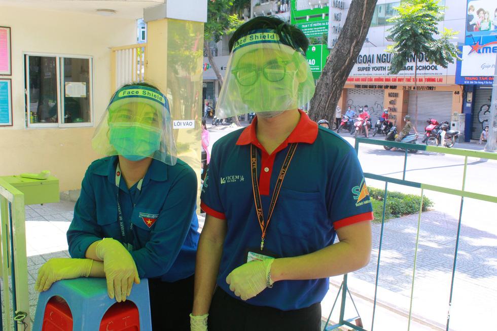 Áo xanh tình nguyện hỗ trợ lấy mẫu xét nghiệm COVID-19 cho thí sinh - Ảnh 1.