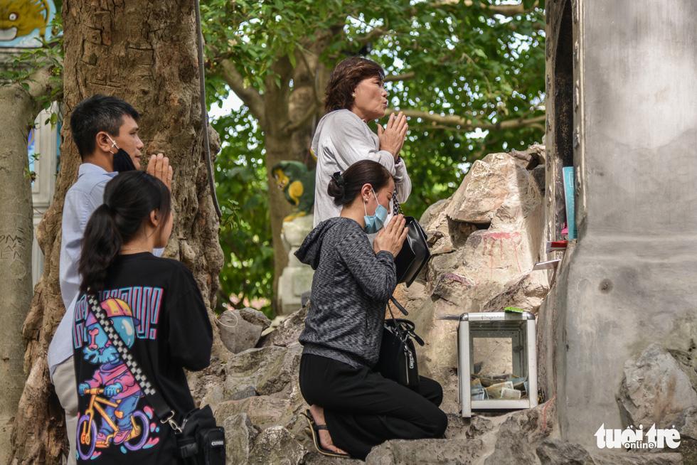 Thí sinh Hà thành đội nắng đi cầu may trong kỳ thi tốt nghiệp THPT - Ảnh 6.