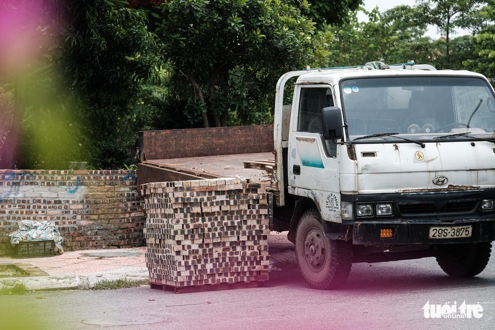 Hà Nội: Dựng gạch, thùng container, xe tải làm chốt phong tỏa - Ảnh 5.