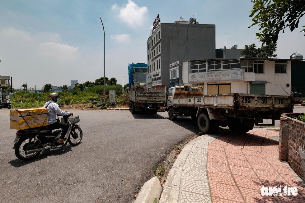 Hà Nội: Dựng gạch, thùng container, xe tải làm chốt phong tỏa - Ảnh 2.
