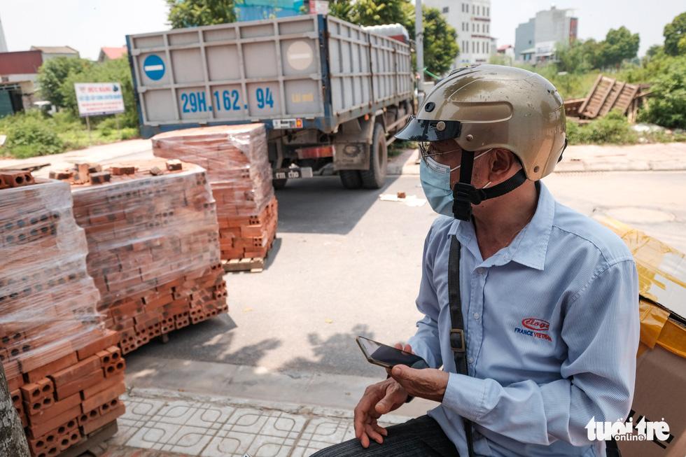 Hà Nội: Dựng gạch, thùng container, xe tải làm chốt phong tỏa - Ảnh 3.
