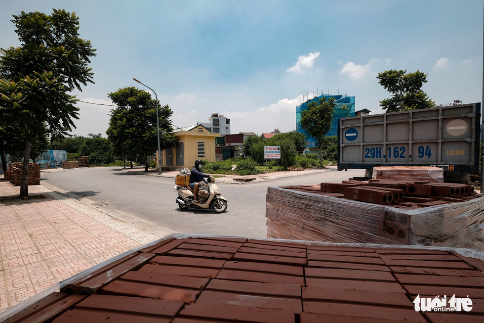Hà Nội: Dựng gạch, thùng container, xe tải làm chốt phong tỏa - Ảnh 6.