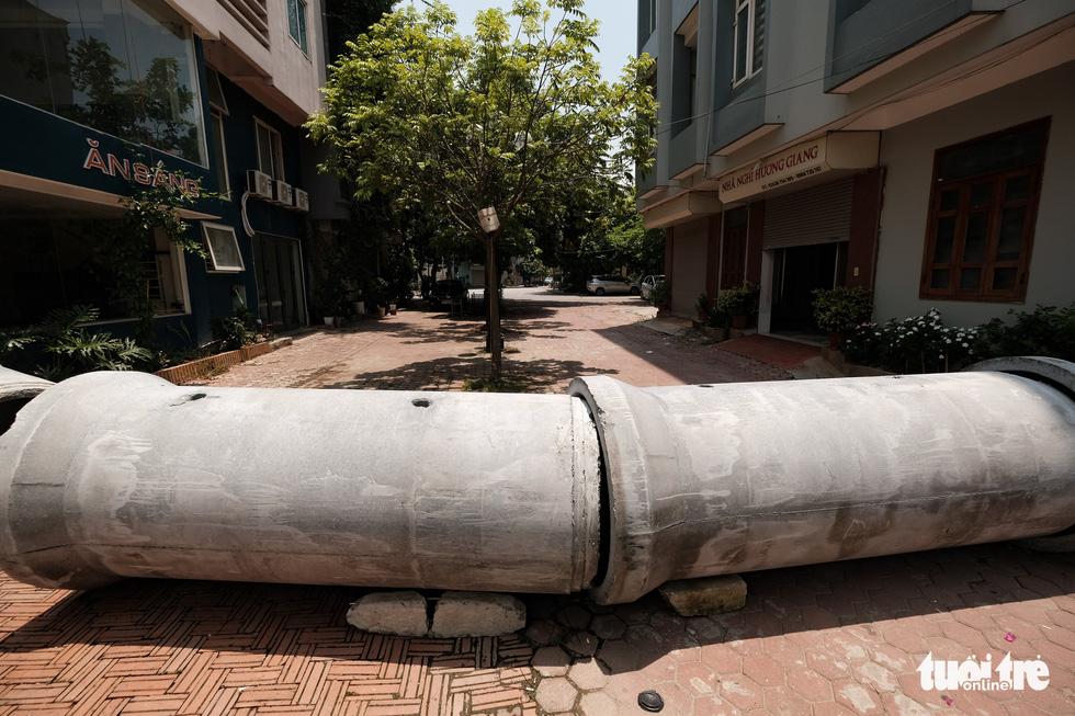 Hà Nội: Dựng gạch, thùng container, xe tải làm chốt phong tỏa - Ảnh 7.
