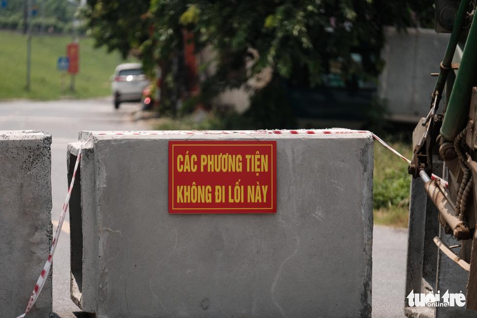 Hà Nội: Dựng gạch, thùng container, xe tải làm chốt phong tỏa - Ảnh 8.