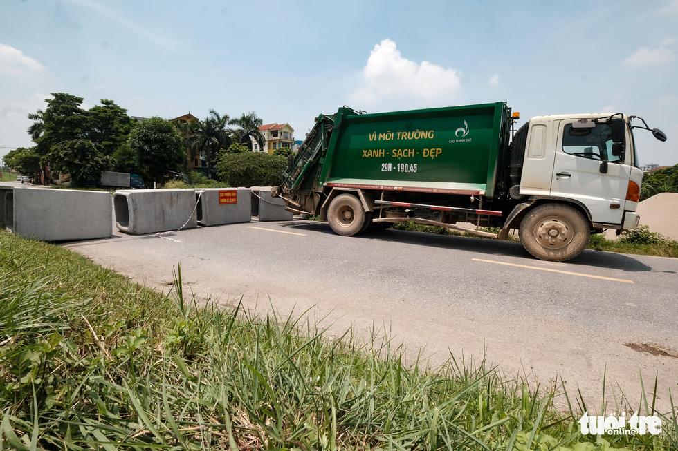 Hà Nội: Dựng gạch, thùng container, xe tải làm chốt phong tỏa - Ảnh 4.