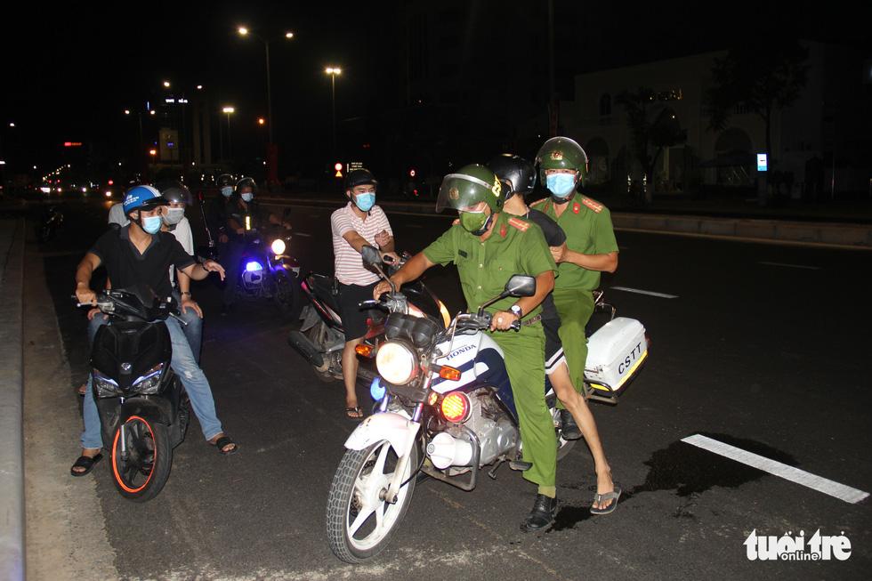 Phố phường Đà Nẵng vắng lặng trong đêm đầu giãn cách - Ảnh 9.