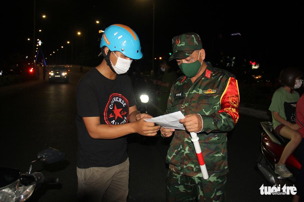 Phố phường Đà Nẵng vắng lặng trong đêm đầu giãn cách - Ảnh 5.
