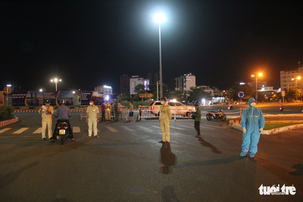 Phố phường Đà Nẵng vắng lặng trong đêm đầu giãn cách - Ảnh 2.