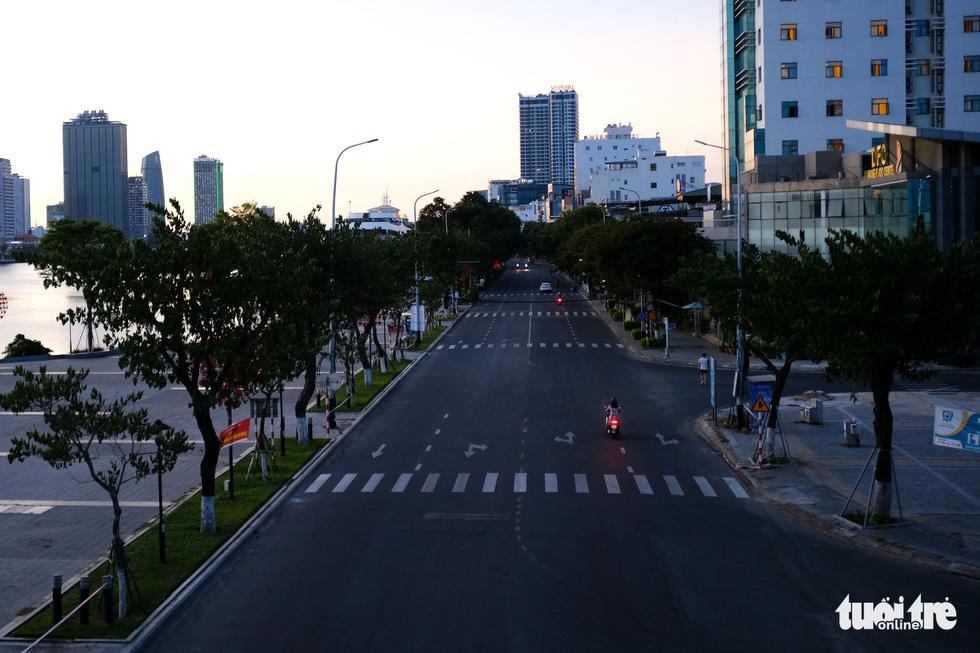Phố phường Đà Nẵng vắng lặng trong đêm đầu giãn cách - Ảnh 6.
