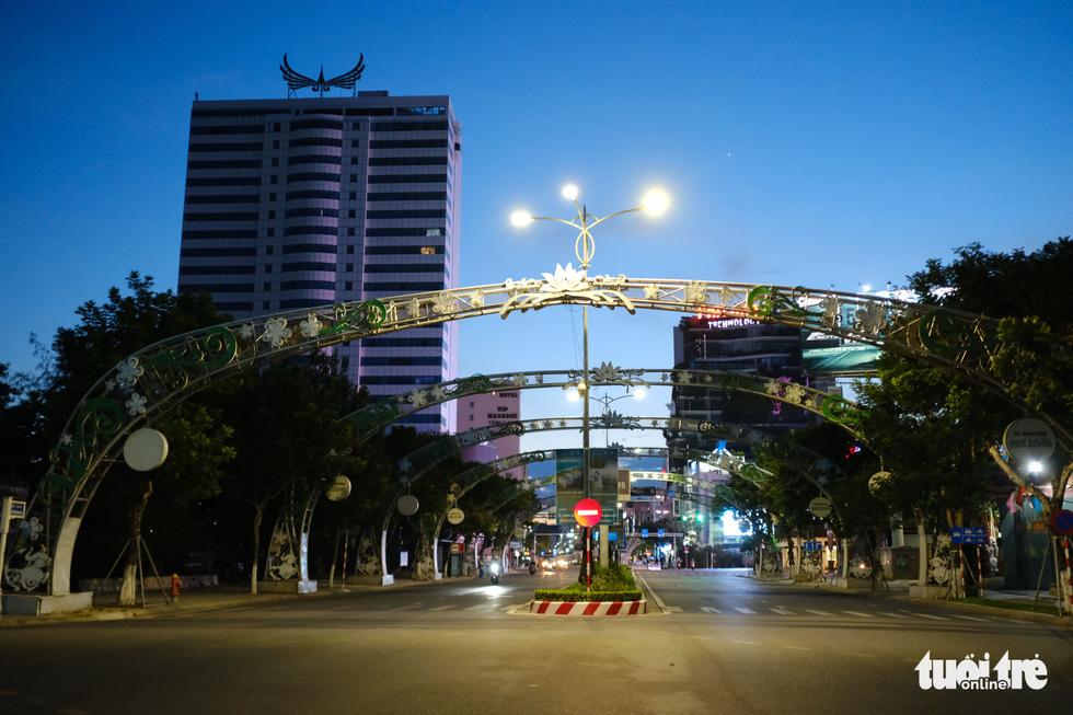 Phố phường Đà Nẵng vắng lặng trong đêm đầu giãn cách - Ảnh 7.