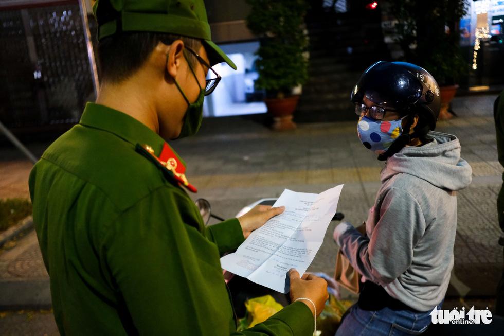 Phố phường Đà Nẵng vắng lặng trong đêm đầu giãn cách - Ảnh 3.