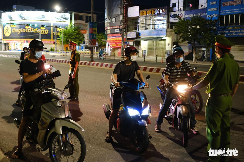 Phố phường Đà Nẵng vắng lặng trong đêm đầu giãn cách - Ảnh 8.