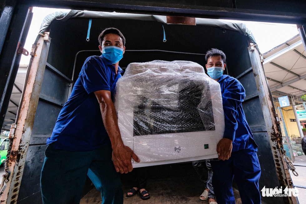Tàu chở hàng trăm thiết bị y tế của trung tâm hồi sức lớn nhất miền Bắc vào TP.HCM chống dịch - Ảnh 4.