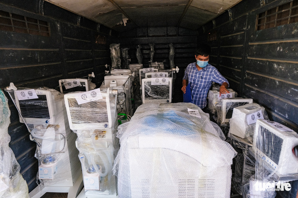Tàu chở hàng trăm thiết bị y tế của trung tâm hồi sức lớn nhất miền Bắc vào TP.HCM chống dịch - Ảnh 7.