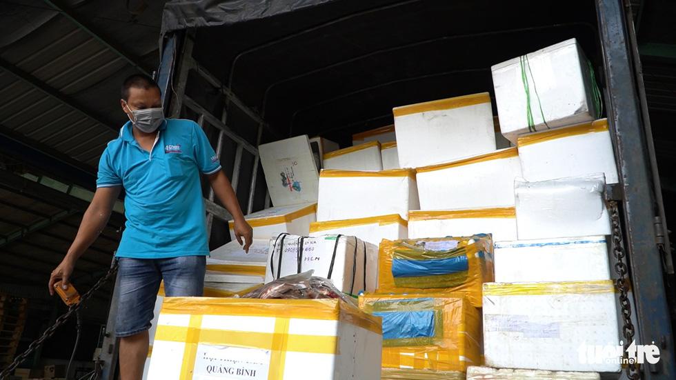 Những chuyến xe nghĩa tình đầu tiên mang 3 tấn cá từ Quảng Bình vào TP.HCM - Ảnh 3.
