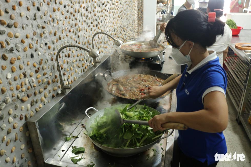 Đội xe ôm Sài Gòn đội nắng mưa gởi cơm cho bà con nghèo - Ảnh 2.