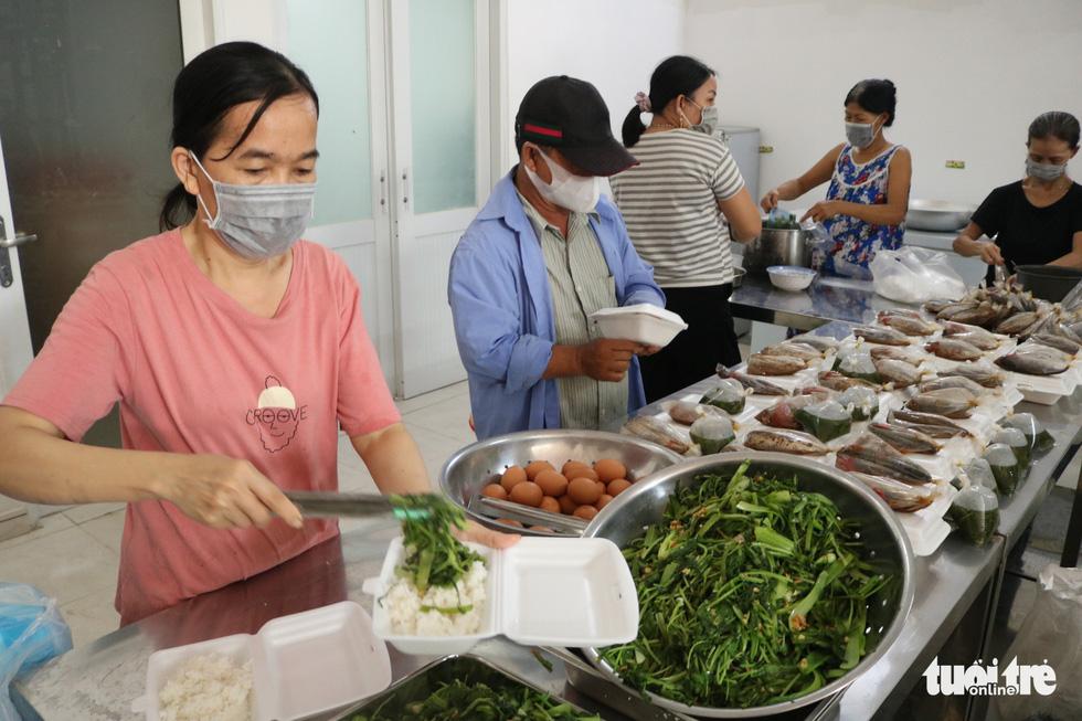 Đội xe ôm Sài Gòn đội nắng mưa gởi cơm cho bà con nghèo - Ảnh 3.