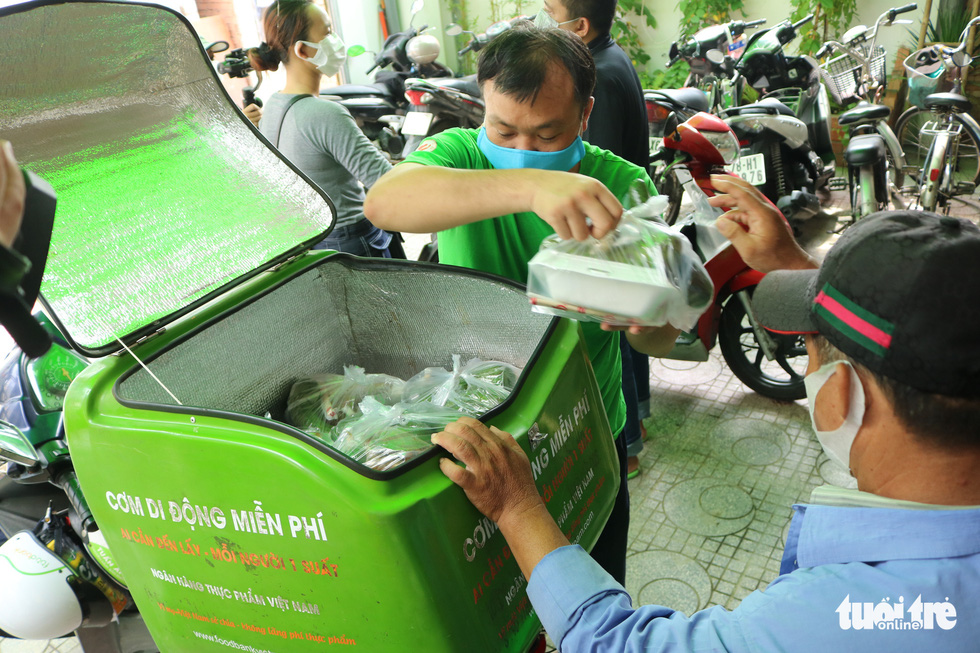 Đội xe ôm Sài Gòn đội nắng mưa gởi cơm cho bà con nghèo - Ảnh 4.