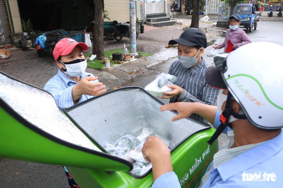 Đội xe ôm Sài Gòn đội nắng mưa gởi cơm cho bà con nghèo - Ảnh 1.