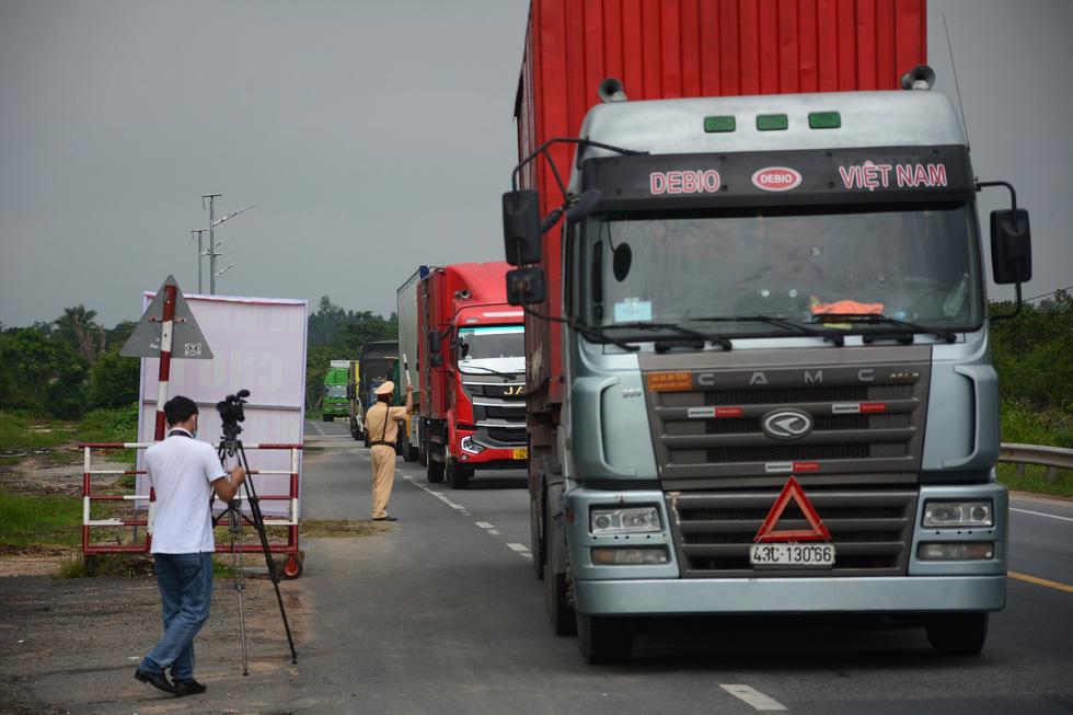 Ngày đầu kiểm soát dịch trên quốc lộ 1, xe cộ ùn ứ tấp nập ở Bình Thuận - Ảnh 3.