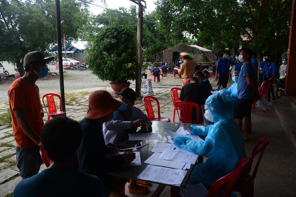Ngày đầu kiểm soát dịch trên quốc lộ 1, xe cộ ùn ứ tấp nập ở Bình Thuận - Ảnh 2.