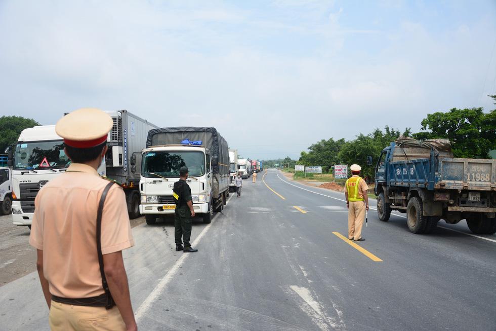 Ngày đầu kiểm soát dịch trên quốc lộ 1, xe cộ ùn ứ tấp nập ở Bình Thuận - Ảnh 1.