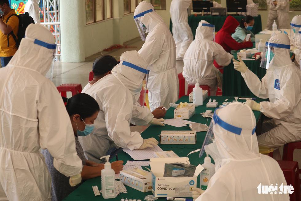 TP.HCM: Hàng nghìn người xếp hàng xét nghiệm COVID-19 lấy giấy thông hành - Ảnh 6.
