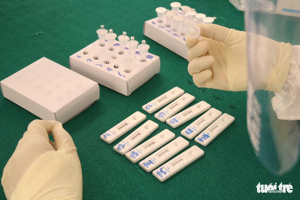 TP.HCM: Hàng nghìn người xếp hàng xét nghiệm COVID-19 lấy giấy thông hành - Ảnh 7.