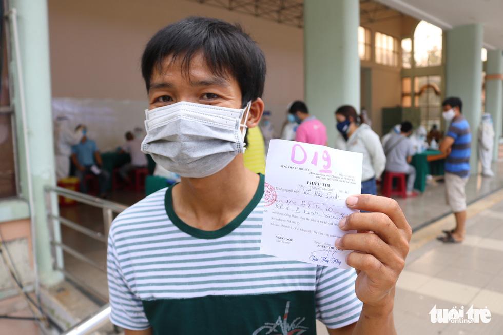 TP.HCM: Hàng nghìn người xếp hàng xét nghiệm COVID-19 lấy giấy thông hành - Ảnh 8.