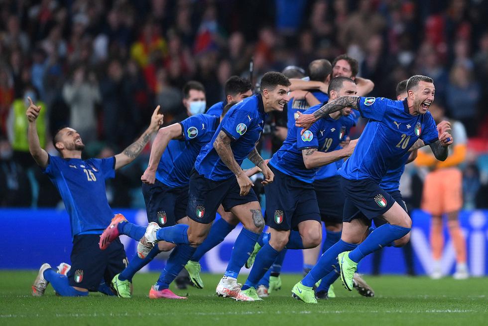 Euro 2020 lãng mạn nhờ sắc thiên thanh - Ảnh 1.