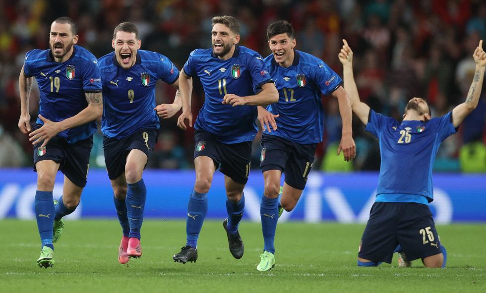 Euro 2020 lãng mạn nhờ sắc thiên thanh - Ảnh 5.