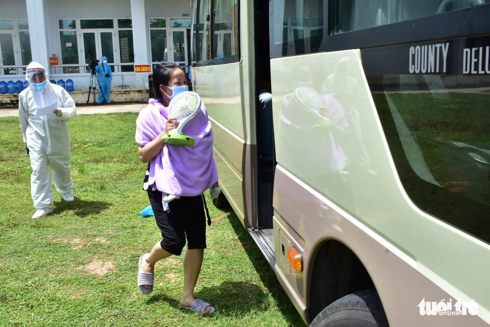 Huế đưa xe đón 20 người đi tàu từ TP.HCM ra Quảng Trị về quê cách ly - Ảnh 1.