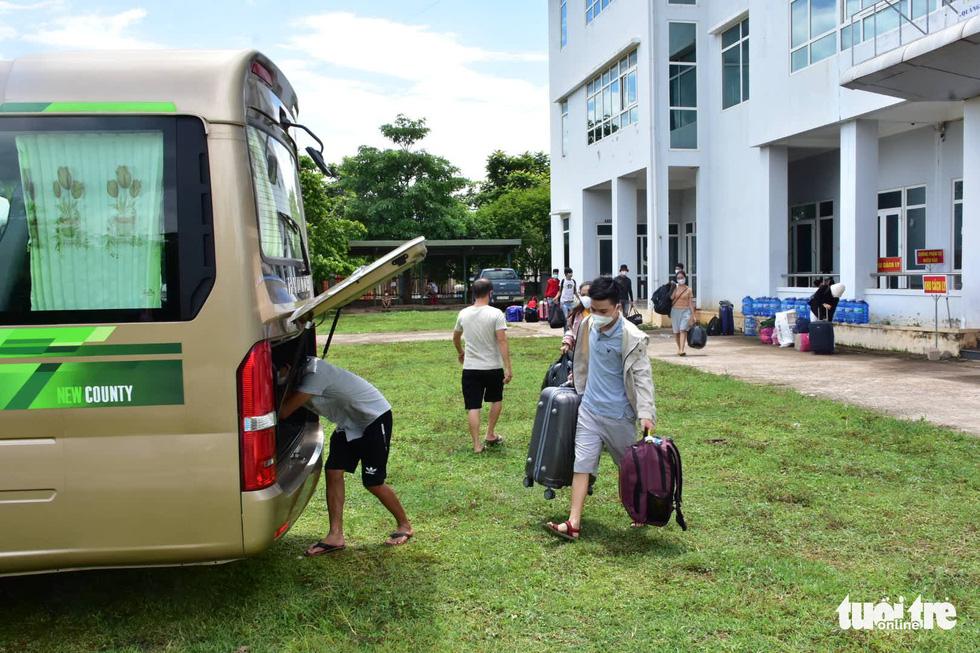Huế đưa xe đón 20 người đi tàu từ TP.HCM ra Quảng Trị về quê cách ly - Ảnh 2.