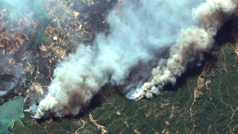Ảnh cháy rừng ngùn ngụt tàn phá miền nam Thổ Nhĩ Kỳ - Ảnh 1.
